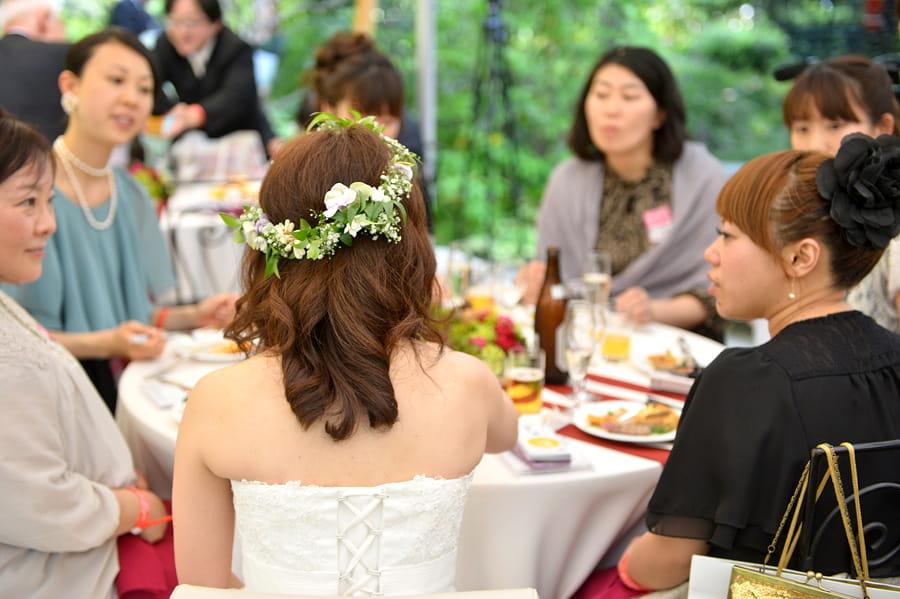 これ以上ない、ゲストとの誓い距離感。ゲストのテーブルでゆっくりおしゃべりを。