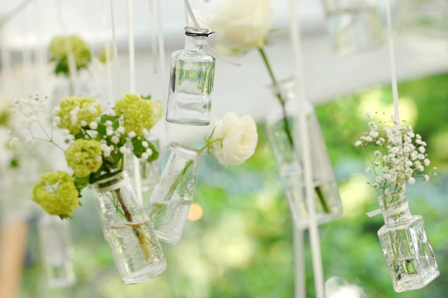 外国風ガーデンウエディングを彩るテントウエディングとラスティックな飾り達♪