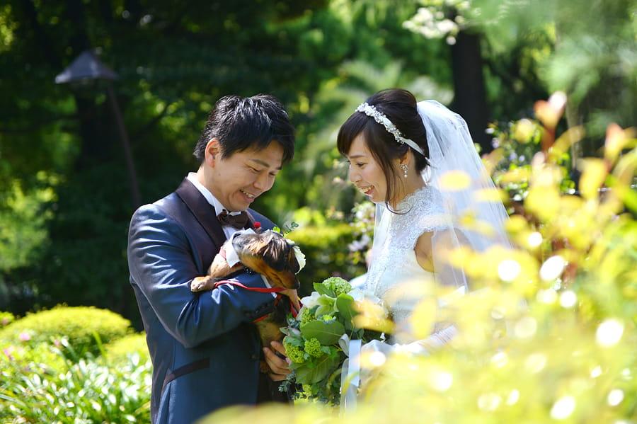 我が子を抱えるように。我が犬と一緒に記念写真♪ペット婚が安心のフェリーチェウェディング♪