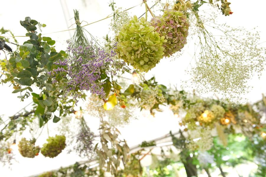 花と緑に囲まれた森のような空間でゲストの皆様をおしゃれにおもてなし♪