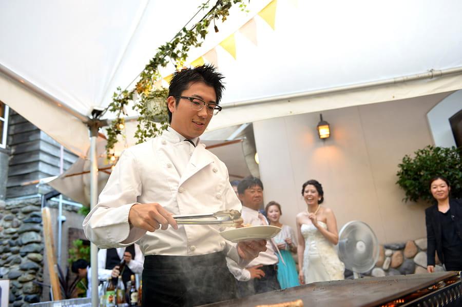 人気の鉄板焼きでCookするのはシェフだけではありません!新郎自らゲストのお料理をCook!それも楽しいおもてなしです♪