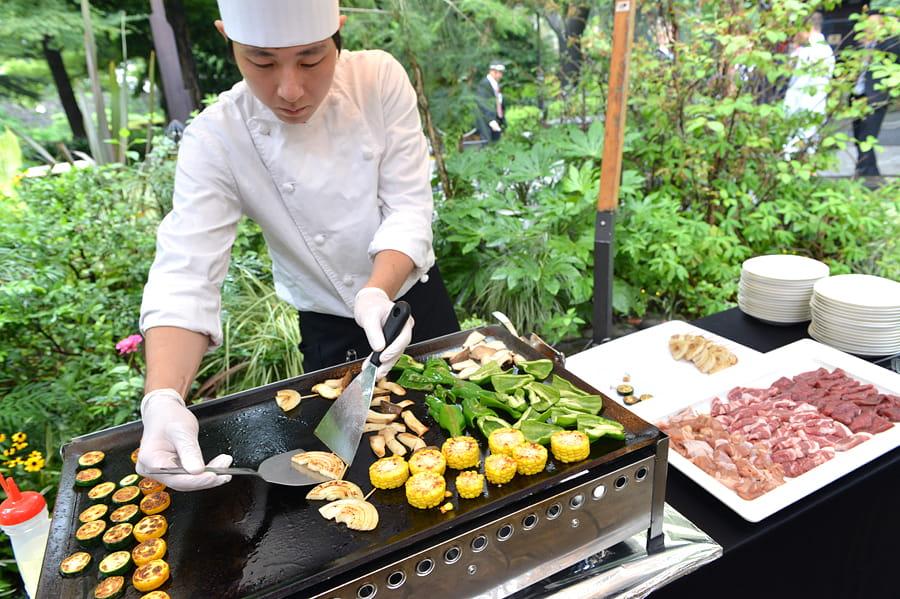 目の前で出来上がっていくお料理たちに会場も大盛り上がり!オープンキッテンでのパフォーマンスでおもてなし♪