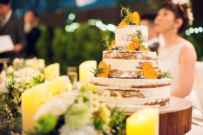 こだわりのネイキッドケーキにはオレンジを添えてナチュラルなデザインに♪
