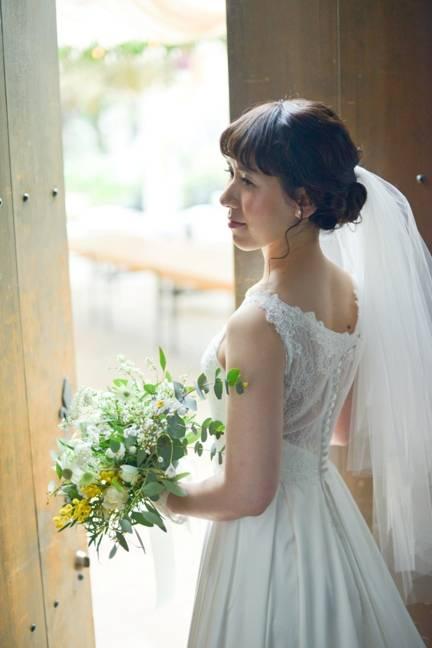 自然光が差し込む中お気に入りのウエディングドレスで