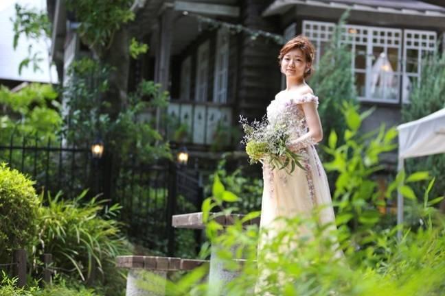 ガーデンウェディングにはアンティークドレスがおしゃれに決まる!