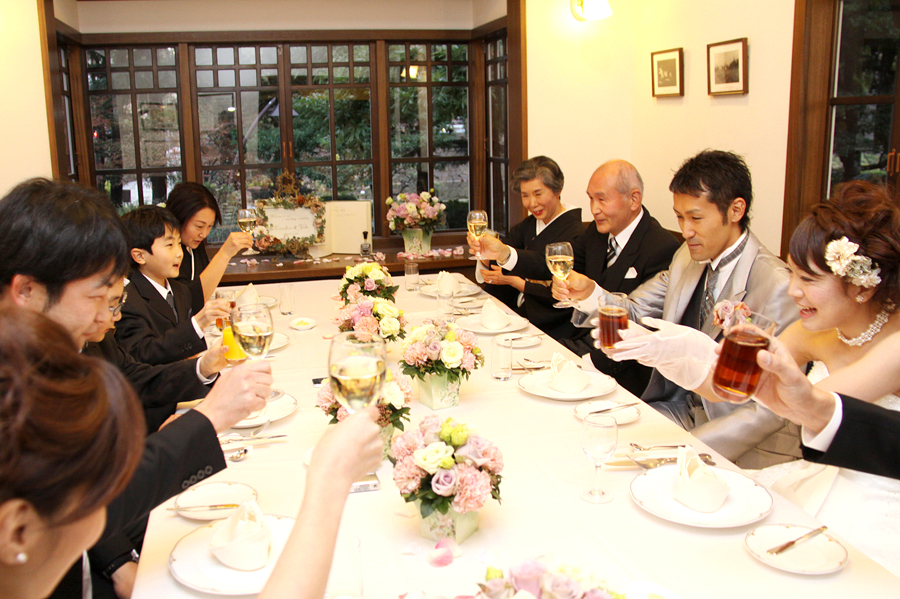お食事のスタイルは様々!2階でご家族だけの会食も可能です。