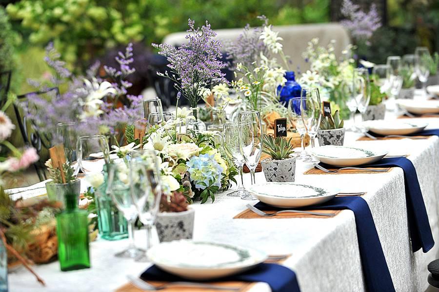 彩る装花はおふたりのイメージどおりに♪アンティーク瓶や多肉植物で「ボタニカル風」が人気上昇中♪